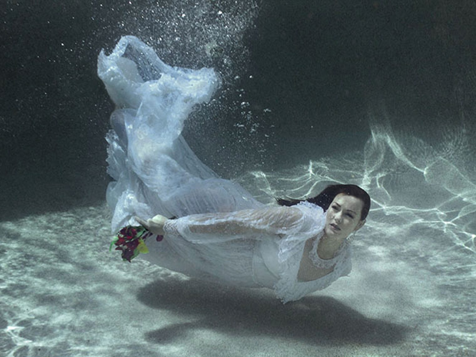 Gold Coast Bride in an underwater trash the dress photo shoot